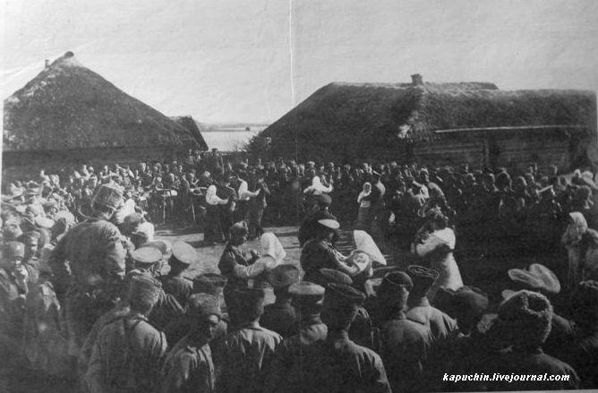 Пасха на фронте - танцы в праздничный день - из журнала Искры №13 за 1917 год