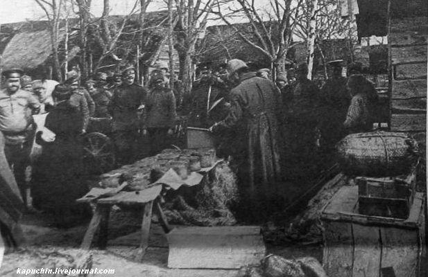 Пасха на фронте -раздача куличей и пасхальных подарков - из журнала Искры №13 за 1917 год