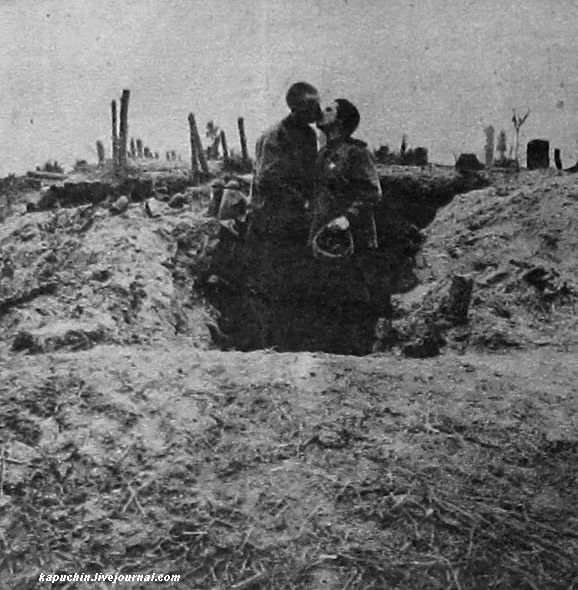 Пасха на фронте - товарищи у землянки - из журнала Искры №13 за 1917 год