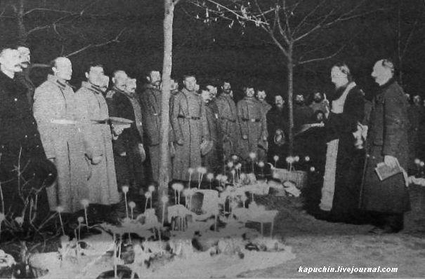 Пасха на фронте - освящение куличей -  из журнала Искры №13 за 1917 год