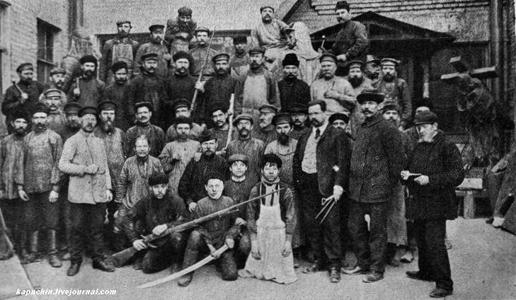 Группа рабочих завода Морана отливавших памятник В руках ружья 1877 года служившие моделью