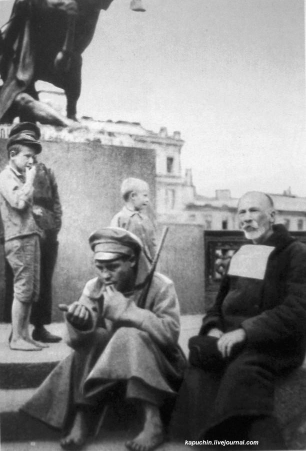 Ослепший на войне солдат просит подаяния у Фонтанки, Петроград, 1918 год