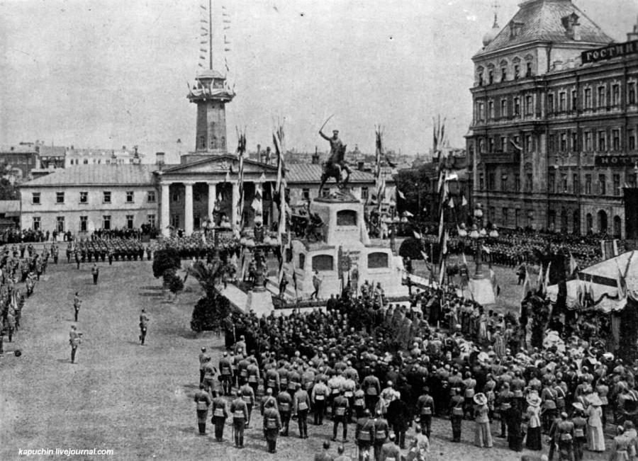 Общий вид площади в момент открытия памятника генералу Скобелеву