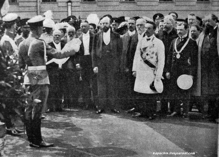 Генерал Д.Г. Щербачев читает указ о передаче памятника городу Москве