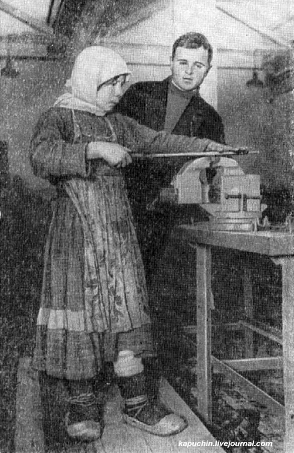 Деревенскую  девушку учат работать с тисками ГАЗ
