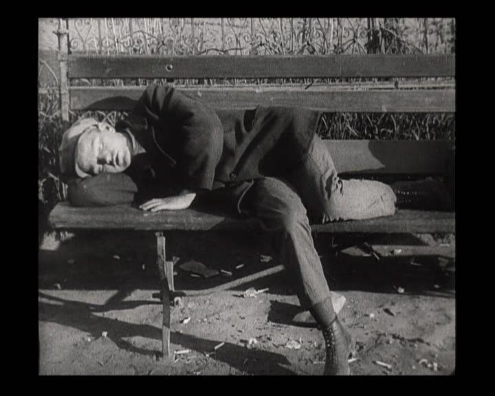 Спящий на Тверском бульваре