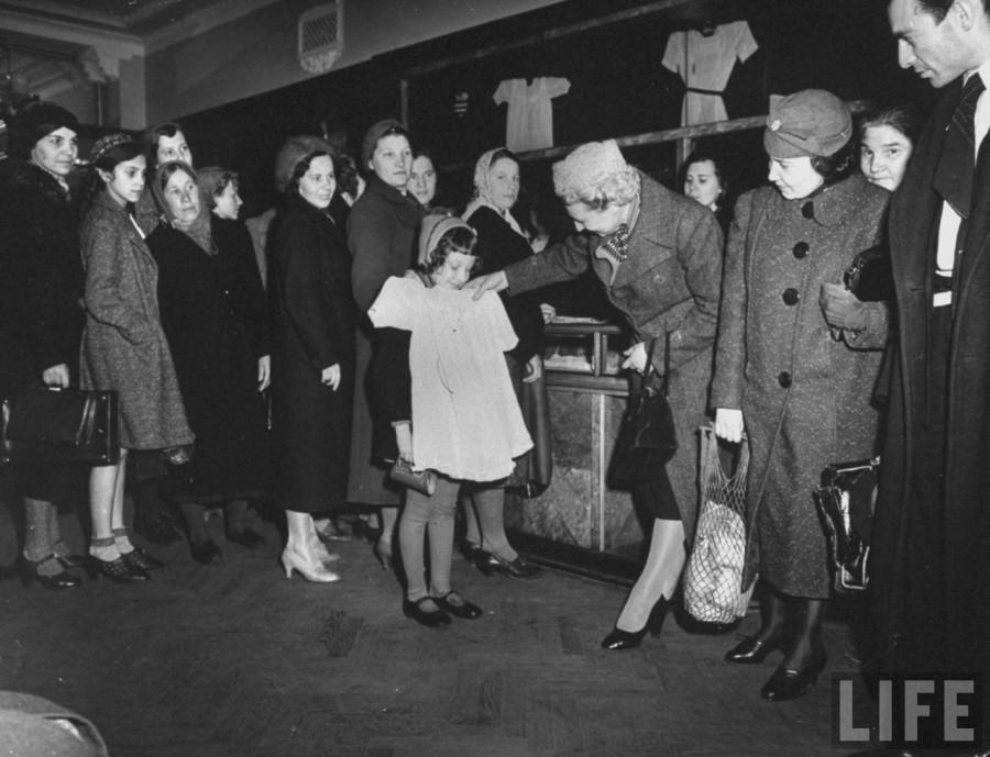 Маргарет Бурк-Уайт Сценка в московском магазине 1941