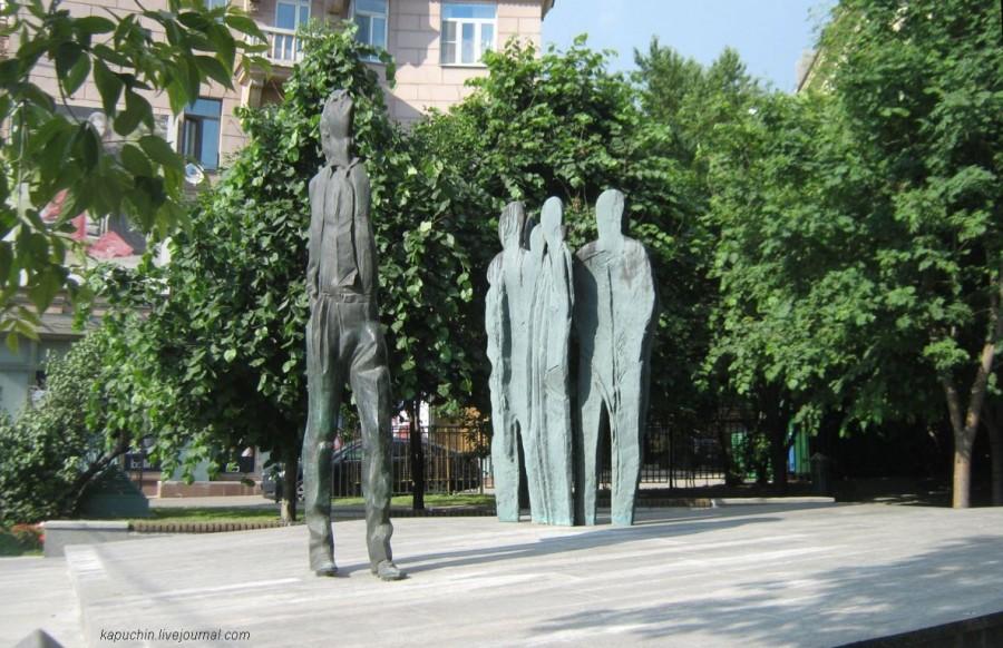 Памятник Бродскому на Новинскои бульваре  2