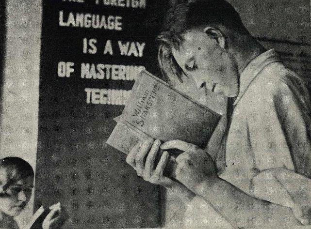 В библиотеке иностранной литературы в Москве Фото из журнала Смена  №12 1935 год