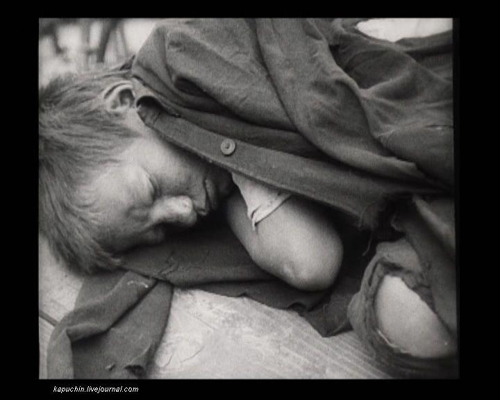 Спящий беспризорник на бульваре