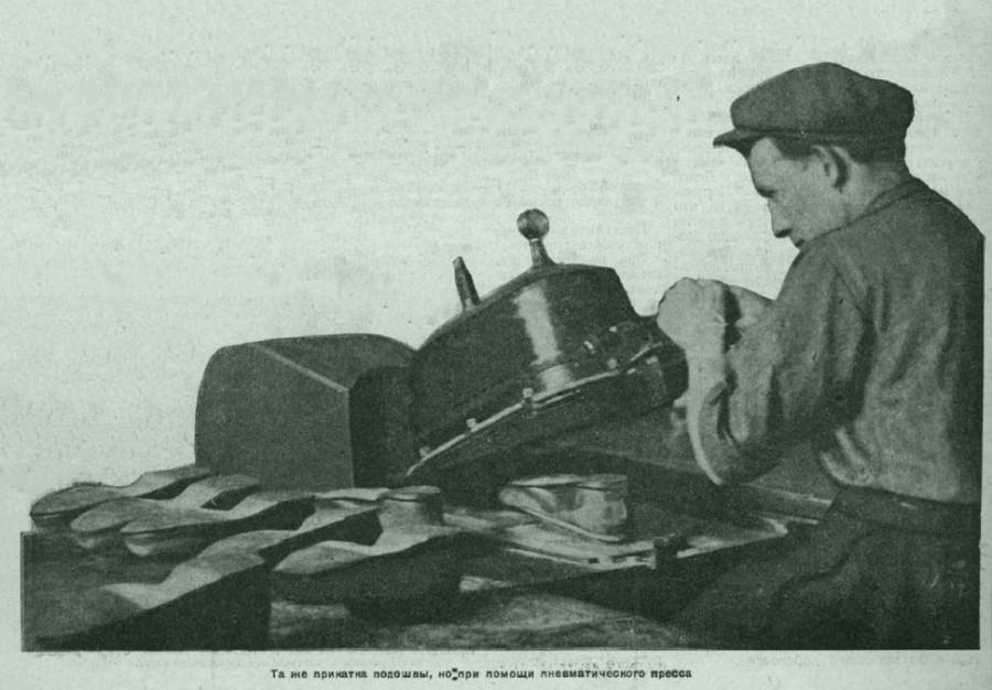 Прикатка подошвы галоши с помощью пневматического  пресса Москва завод Красный богатырь 1928 год