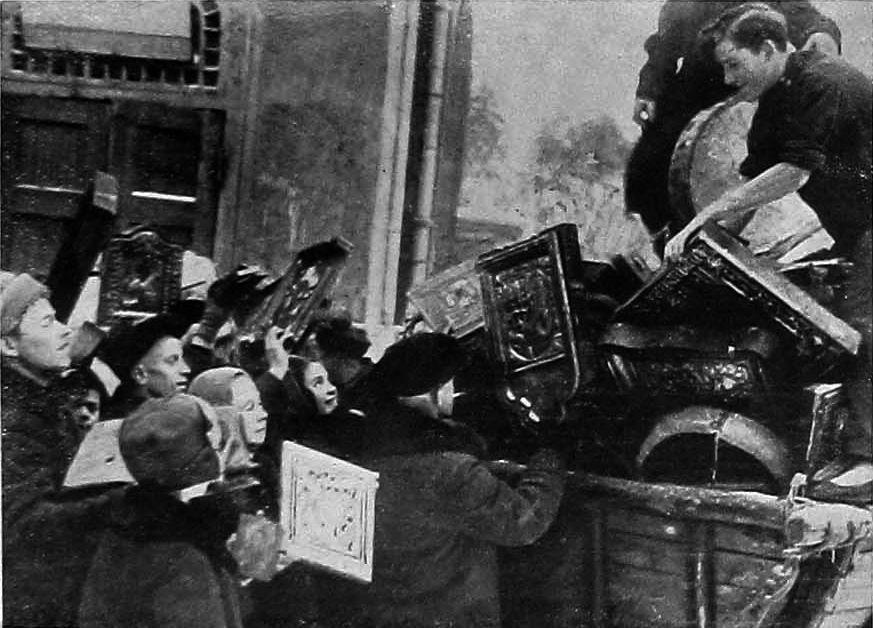 Погрузка икон в грузовик для их вывоза и последующего  уничтожения 1930 год