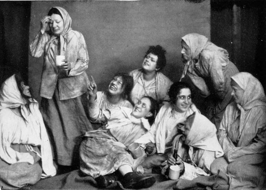 В Московском художественном театре  сцена из Воскресения Льва Толстого