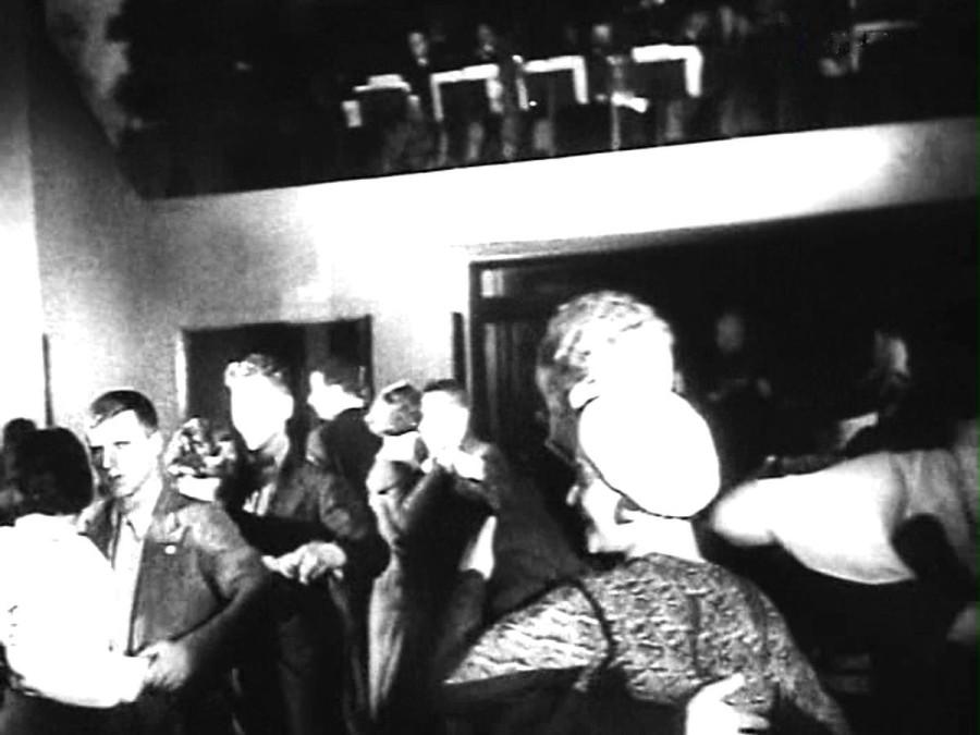 Танцы в фойе кинотеатра (2)
