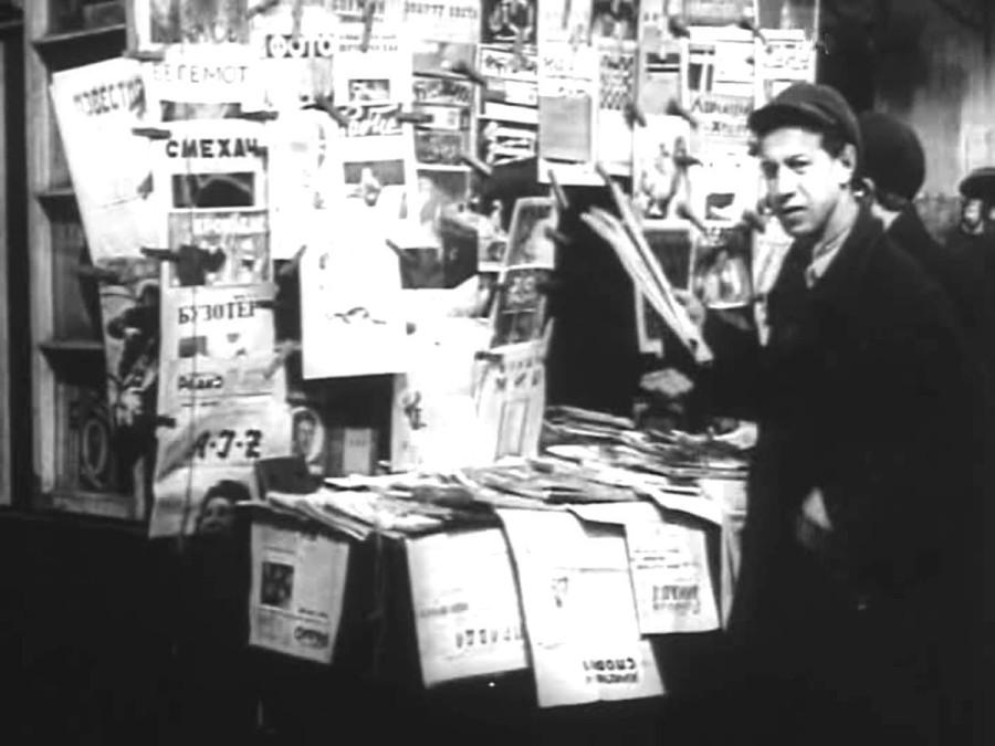 Около газетного киоска  1927 год
