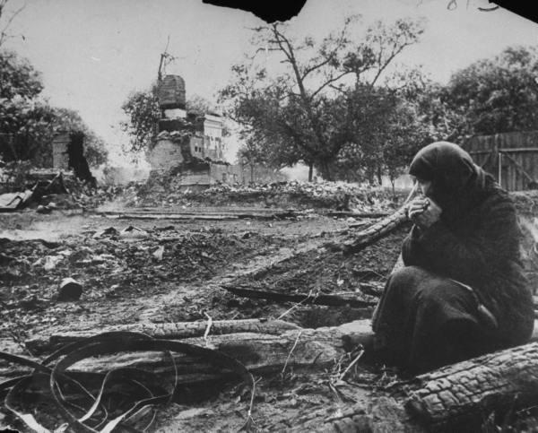 Крестьянка около руин своего дома 1941 год