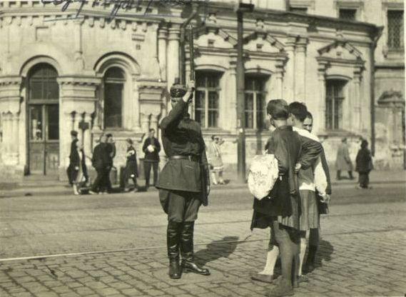 Милиционер и девочки-подростки, Москва, 1920-е