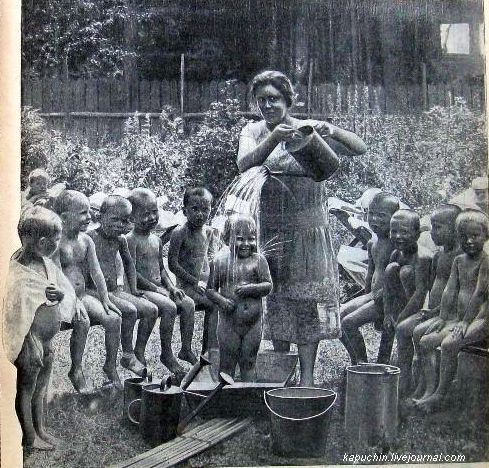 Обливание малышей, фото с обложки журнала ФиС №16 за 21 апреля 1928 года