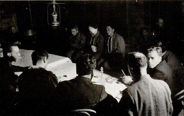 Иностранные журналисты задают вопросы членам экипажа сбитого под Вязьмой немецкого бомбардировщика сентябрь 1941 год