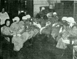 В доме беспризорной матери - матери в яслях кормят своих чад 1928 год