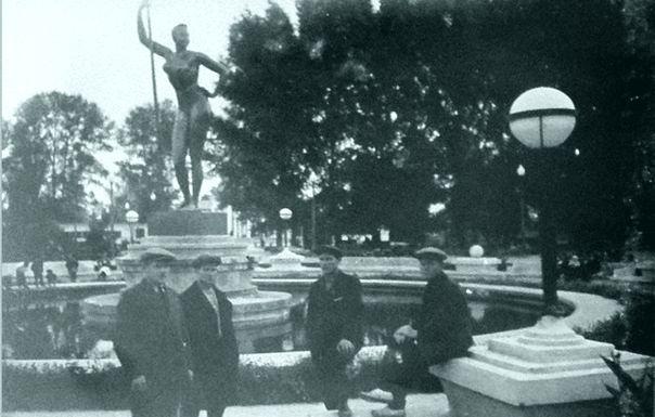Девушка с веслом Ивана Шадра в Луганске
