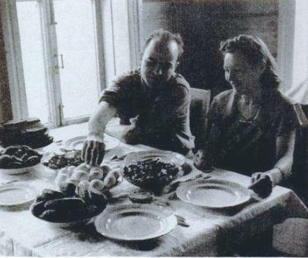 Американский корреспондент и переводчице обедают в крестьянском доме  1942 или 1943 год