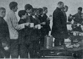 Раздача горячего завтрака в школе  Кр.-Пр. района Москвы 1928 год