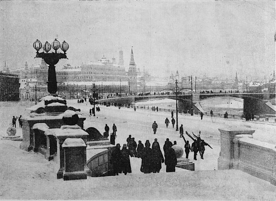 Вид со ступеней памятника Александру III (уже снятому) на Москворецкий мост Большой Кремлевский дворец  и Москву-реку 1828 год