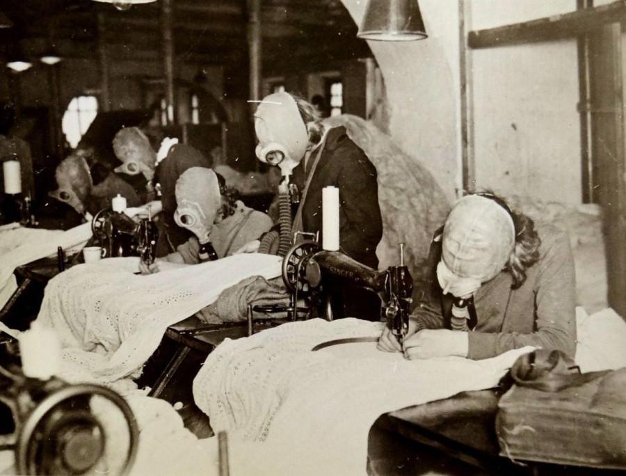 Девушки на московской фабрике в противогазах 1932 год