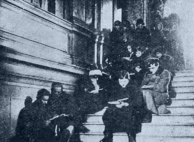 Студенты на университетской лестнице Москва 1923-1924 гг