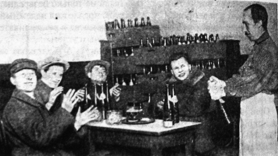 В московской пивной  1920-е годы