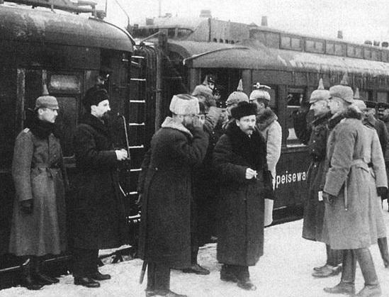 Советская делегация прибыла на мирные переговоры.