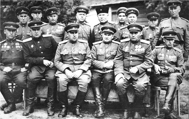 Генерал майор Кириллов (крайний справа) в группе военно - начальников.