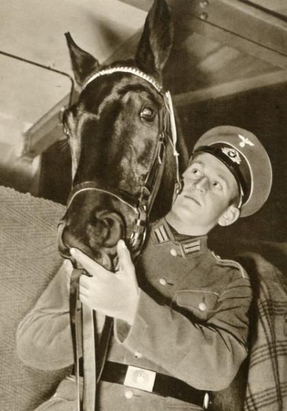 Нем. офицер с лошадью.
