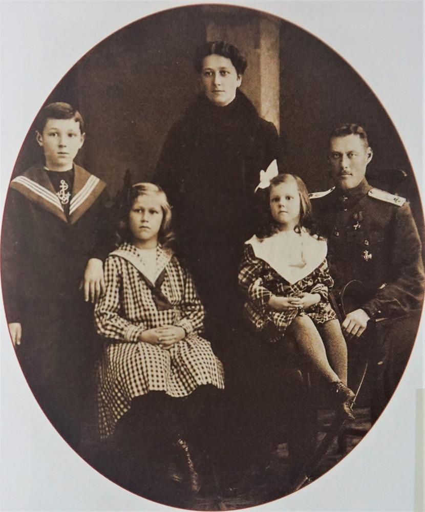 Полковой врач Рооп со своей семьёй. Фото времён войны.
