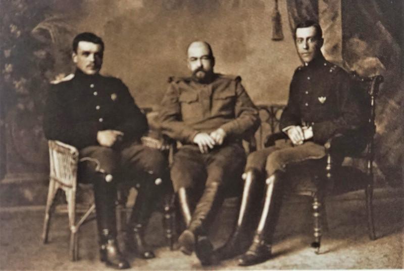 Корнет С.В, Ваккар - 1-й гусарский Сумской полк, на Рижском фронте. Крайний справа. На груди хорошо виден значок Елисаветградского кав. школы.