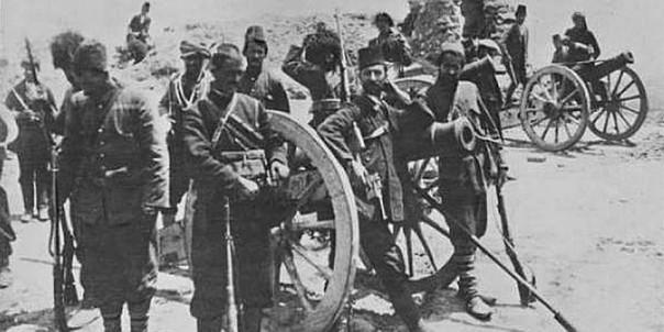 Армянские ополченцы у захваченных османских пушек.