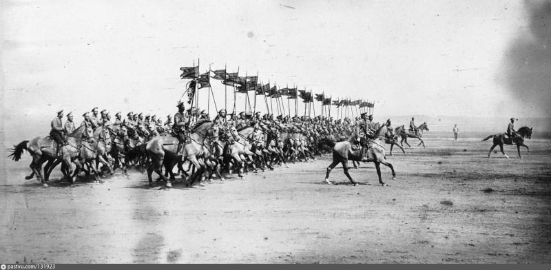 Парад кавалерии в Красном селе. Командиры впереди.