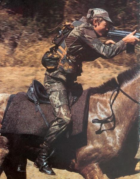 Родезия, кавалерист стреляет с лошади