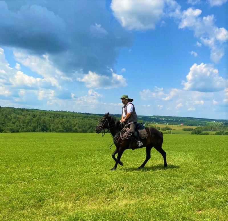Автор Карабй96 на коне в поле. Делаем галоп в 7 км.