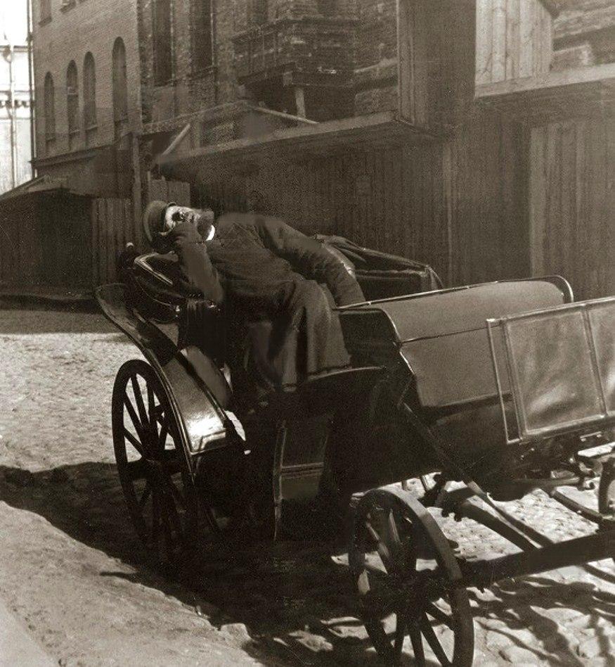 Извозчик 1898 год. Пролётка самый распространённый вид экипажа в Москве.