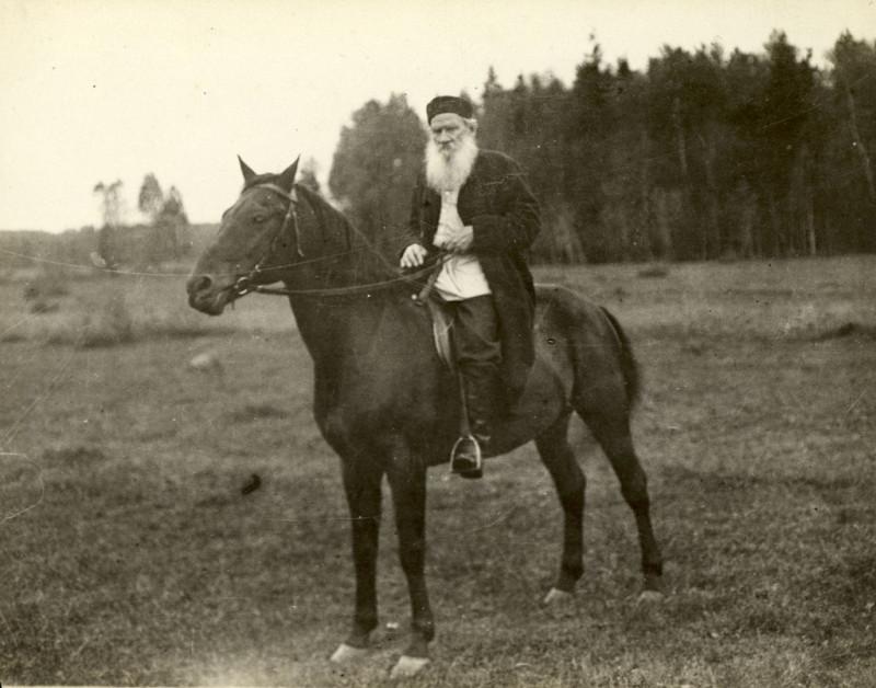 Лев Толстой в возрасте 81 года на верховой прогулке1909 годМосковская губ., дер. Крекшино