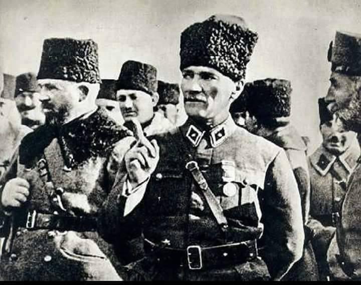 Мустафа Кемаль и военное командование турецкой армии.
