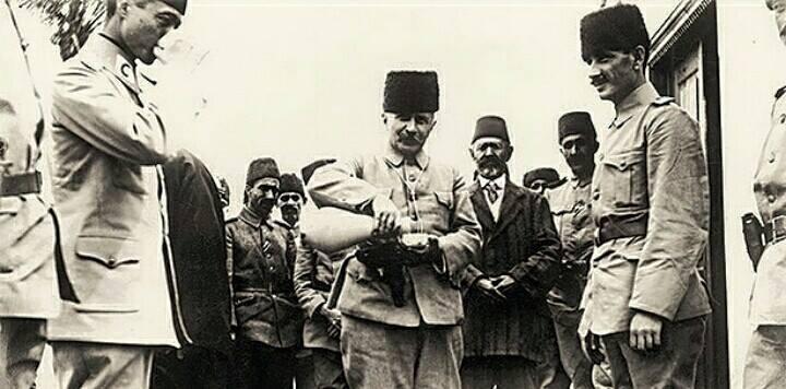 Фахреддин паша делится водой со своими офицерами.