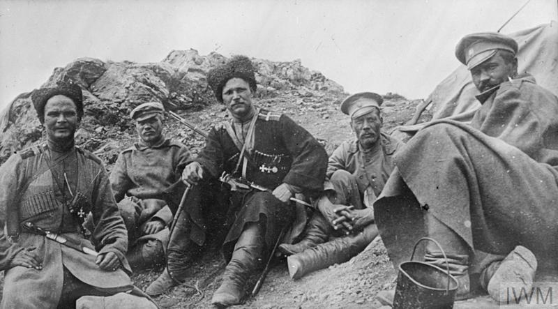казаки и русские пехотинцы на передовой. Октябрь 1916 года, у реки Тигр.