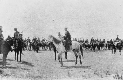 командир 2-го батальона Норфолкского полка торжественно встречает прибывшую в Али-эль-Гарби кубанскую 61-ую отдельную казачью сотню.