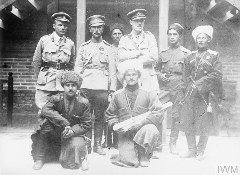 группа офицеров в Исфахане: британцы, казаки и офицер-иранец из Персидской казачьей бригады. Сентябрь 1916 года.