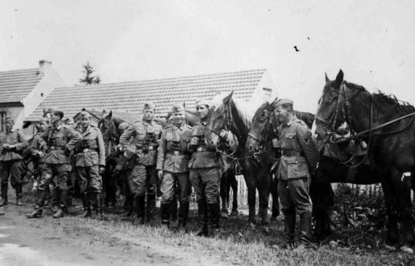 Спешенные немецкие кавалеристы