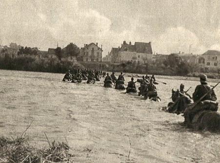 Кавалерия вермахта форсирует реку