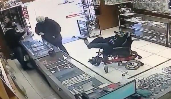 В Бразилии парень на инвалидной коляске попытался ограбить ювелирный магазин